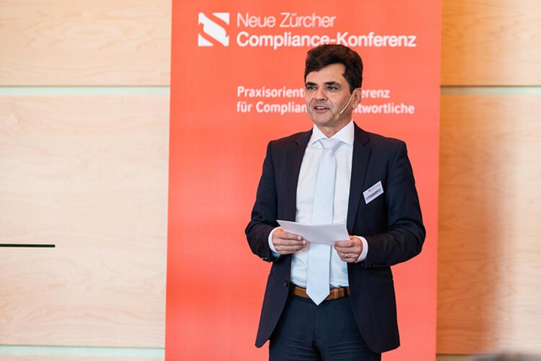 Dr. Daniel Lengauer bei der Moderation der Neue Zürcher Compliance-Konferenz 2019