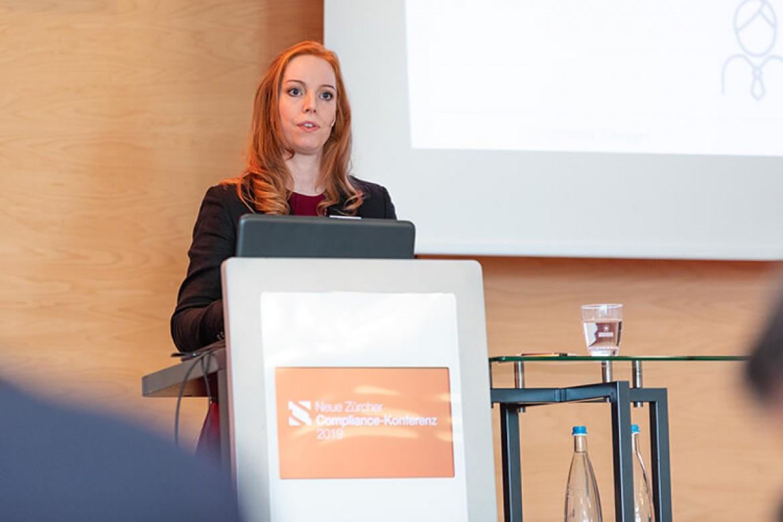 Dr. Cornelia Stengel bei Ihrem Referat zum Thema Smart Contracts auf der Blockchain