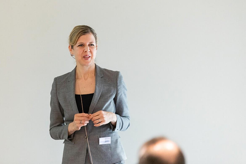 Elisabeth Bechtold bei Ihrer Session zum Thema Aktuelle regulatorische Herausforderungen im Schnittfeld von Corporate Governance und Compliance
