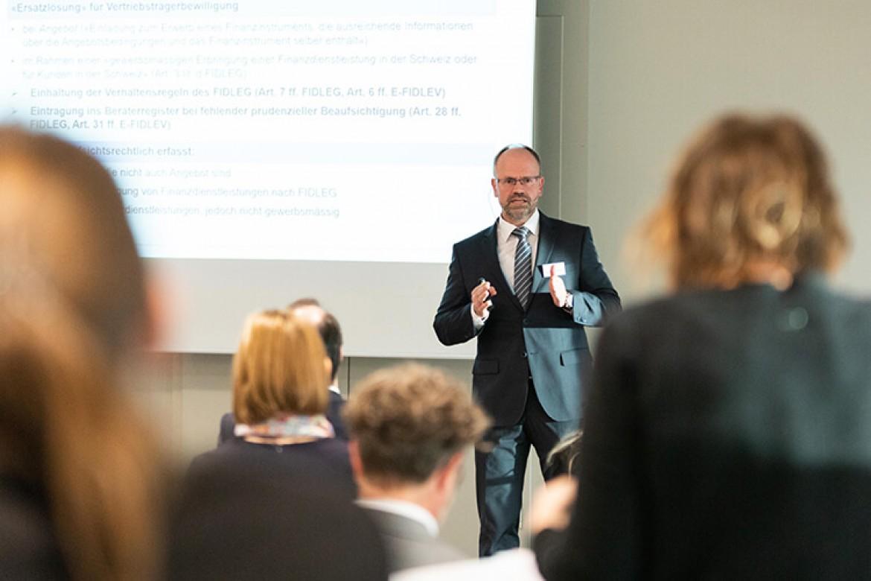 Dr. Armin Kühne bei seiner Session Herausforderungen bei der Umsetzung von FIDLEG und FINIG